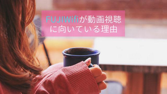マグカップを手に持っている女性