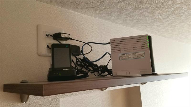 棚に置かれたモバイルWi-Fiルーターと回線終端装置