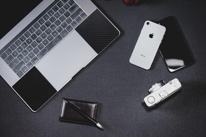 ノートパソコンやスマートフォンなどのガジェット