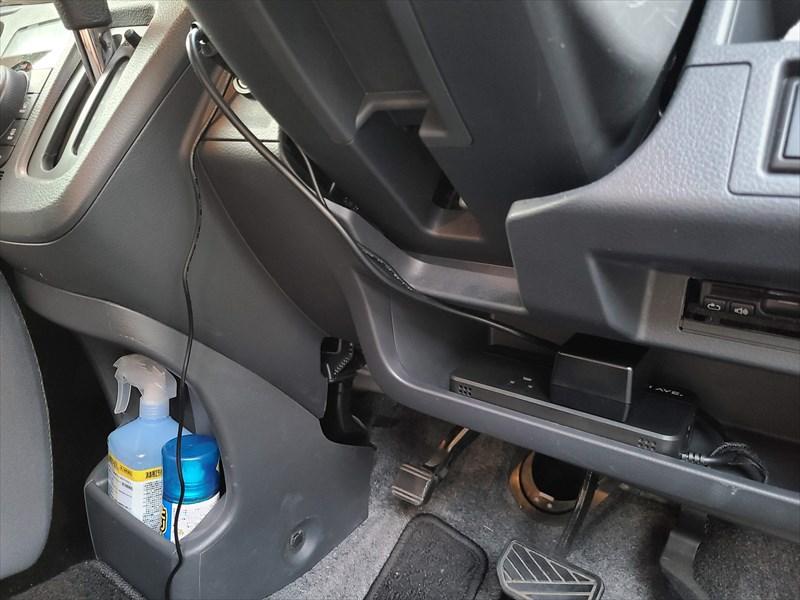 車にインバーターを設置した様子